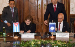 The Chargé d´Affaire of Cuba in Austria, Marieta García Jordán, and the general director of that entity, Suleiman Jasir Al-Herbish, signed the document. Image via Prensa Latina